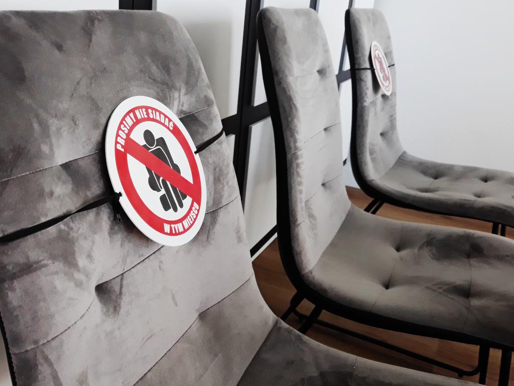 tabliczki-na-krzesla-zachowaj-odstep-zakaz-siadania