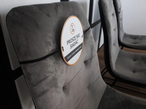 nie siadać koronawirus, zachowaj dystans krzesła, zachowaj odstęp, znaczniki na siedzenia, tabliczki na krzesła nie siadać